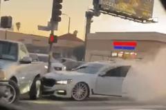 BMW Series 7 rượt đuổi, đâm điên cuồng vào bán tải Ford F-150