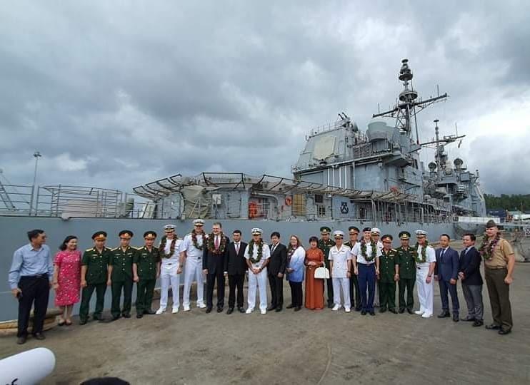 Thủy thủ đoàn của tàu sân bay Mỹ lên bờ thăm Đà Nẵng