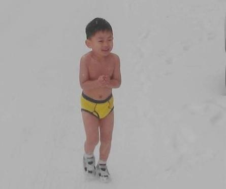 Cậu bé từng bị cha bắt mình trần chạy dưới tuyết đã tốt nghiệp ĐH ở tuổi 11