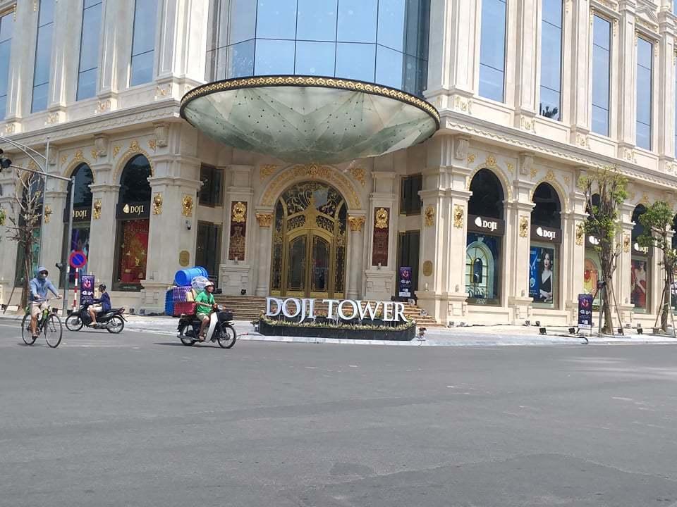 Bồn hoa không phép của Doji Tower để ngăn người đi bộ, đảm bảo giao thông