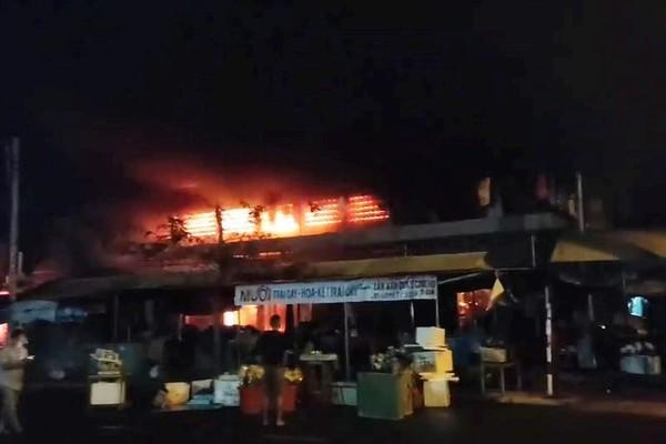 Chợ Thanh Quýt chìm trong biển lửa, gần trăm ki ốt bị thành tro