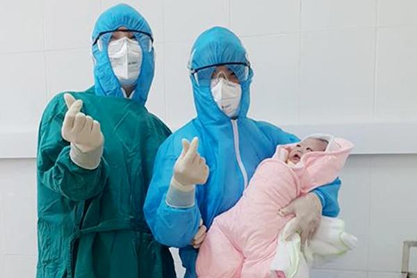 Ca đẻ đặc biệt tại phòng cách ly: Thai phụ đeo khẩu trang đi trước, xịt khuẩn theo sau
