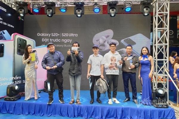 Xếp hàng nửa đêm chờ Galaxy S20 mở bán tại Việt Nam