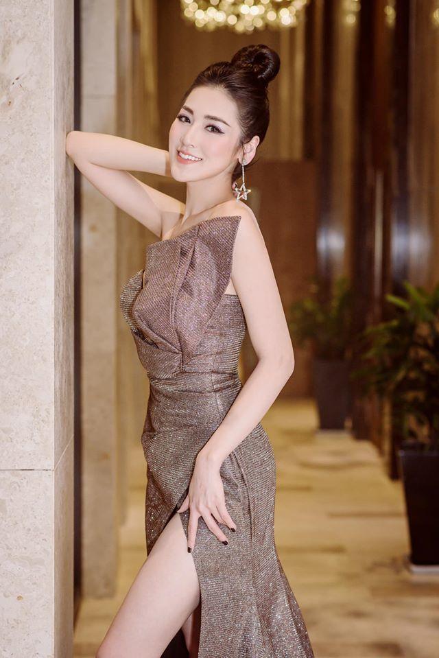 Á hậu Tú Anh chịu khó mặc váy xẻ tà khoe chân nõn nà