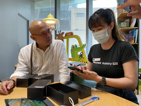 Giới trẻ Sài Gòn háo hức xếp hàng mua Galaxy S20 series trong ngày mở bán