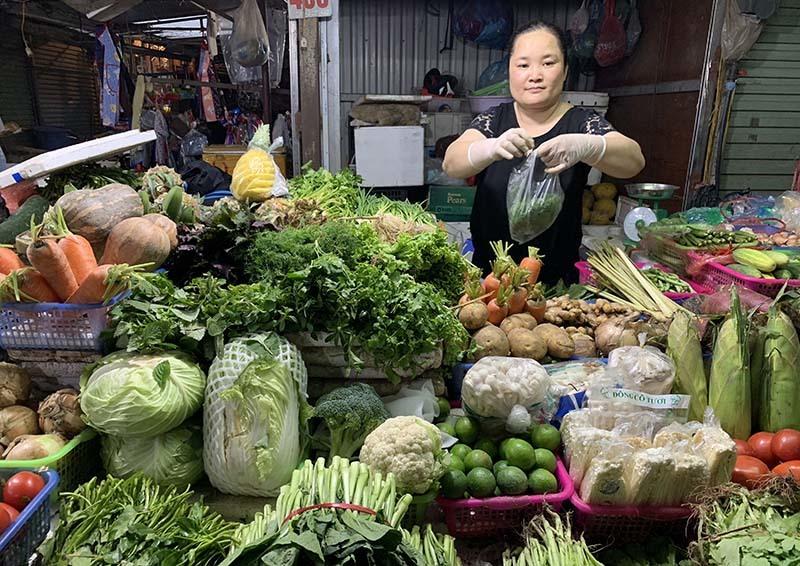 Hàng ùn ùn về kho, thực phẩm siêu thị không tăng giá