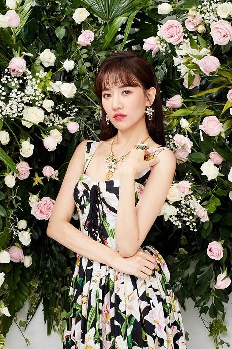 Hari Won diện đầm trễ vai khoe vẻ đẹp quyến rũ
