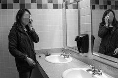 Vợ bị chồng nhốt vào nhà tắm vì nghi nhiễm Covid-19 ở Lithuania