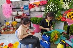 Ngày 8/3: Hoa tươi ế ẩm, hồng 'mạ vàng' bày đầy sạp không ai mua!