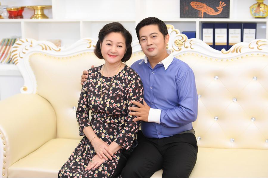 Ca sĩ Đào Nguyên Vũ tặng mẹ món quà đặc biệt ngày 8/3