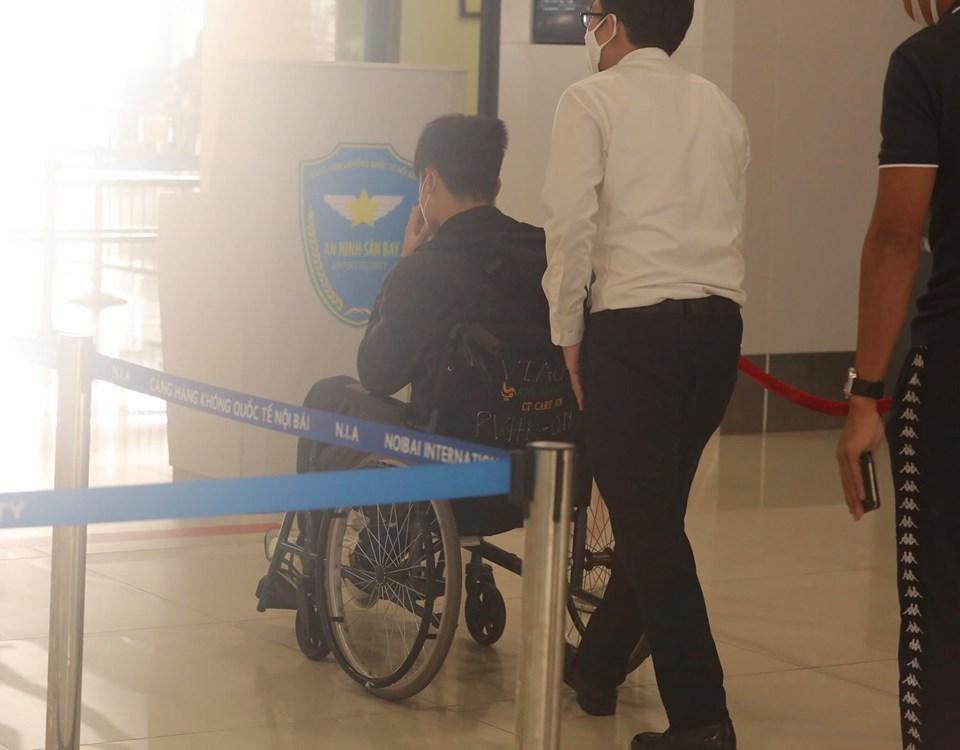 Quỳnh Anh bùi ngùi tiễn Duy Mạnh sang Singapore phẫu thuật