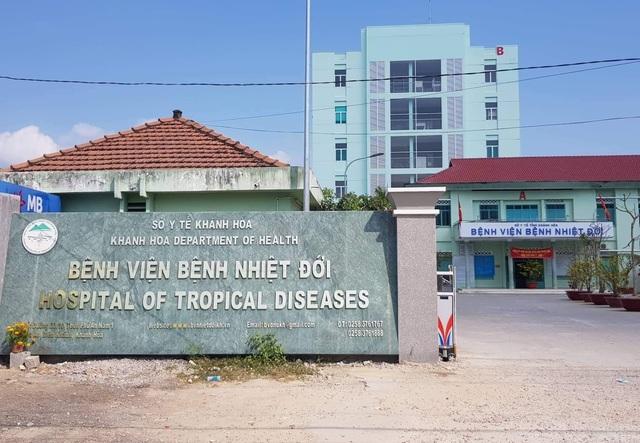 Bác sĩ khám cho nữ bệnh nhân nhiễm Covid-19 tự nguyện cách ly ở Khánh Hòa