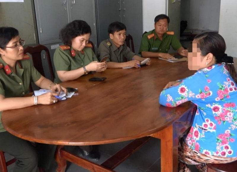 Người phụ nữ ở Tây Ninh nhặt khẩu trang y tế bên đường đi bán