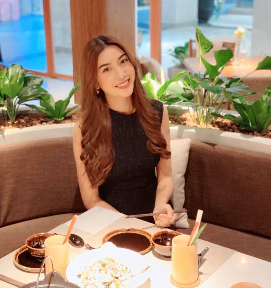 Á hậu Thúy Vân khoe nhẫn kim cương bạn trai cầu hôn đúng 8/3