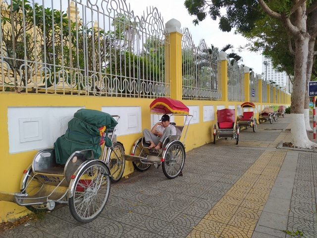 Danang cyclo drivers experience hard times due to Covid-19 outbreak