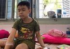Nhói lòng bé trai mù lòa do ung thư, tìm cha mẹ trong sợ hãi