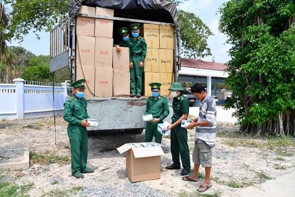 Bắt xe tải chở lậu hơn 500 ngàn khẩu trang y tế qua biên giới