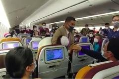 Cố tình ho vào tiếp viên hàng không, người phụ nữ TQ bị khóa đầu