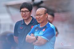 """V-League đôn lịch, thầy Park rơi cảnh """"ngồi chơi"""""""