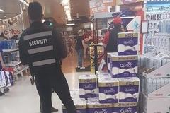 Khách ẩu đả tranh giành, siêu thị Úc cử an ninh gác... giấy vệ sinh