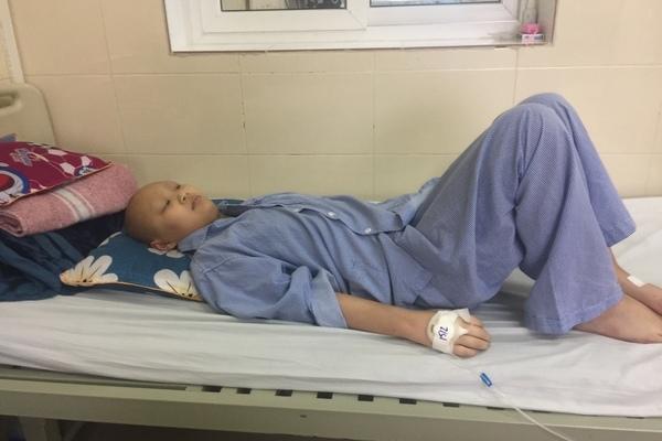 Con mang 2 khối u trong não, mẹ cầm cố sổ đỏ lâm vào bước đường cùng