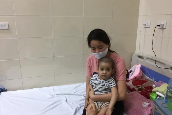 Tiếng khóc xé lòng của bé chưa đầy 2 tuổi bị ung thư máu