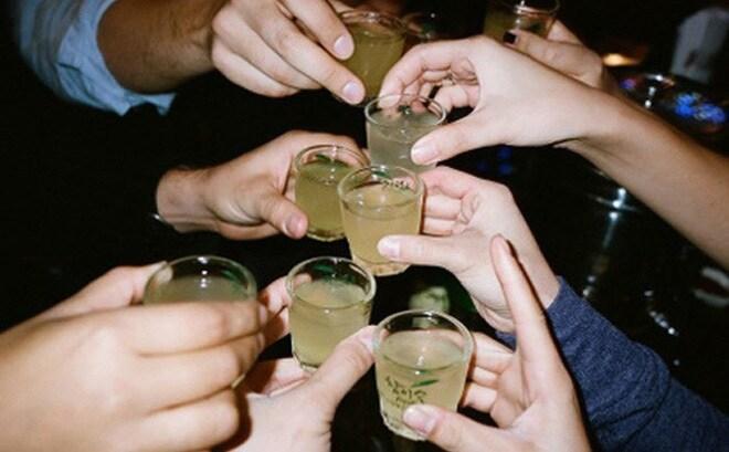 27 người tử vong vì sai lầm uống rượu ngừa Covid-19