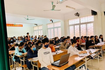 Hanoi university students asked to take online classes