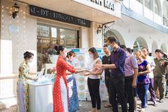 MC Thanh Mai tặng ngàn khẩu trang, nước rửa tay cho người dân