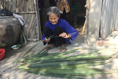 Thương người mẹ một đời lam lũ, 95 tuổi vẫn nặng gánh vì con