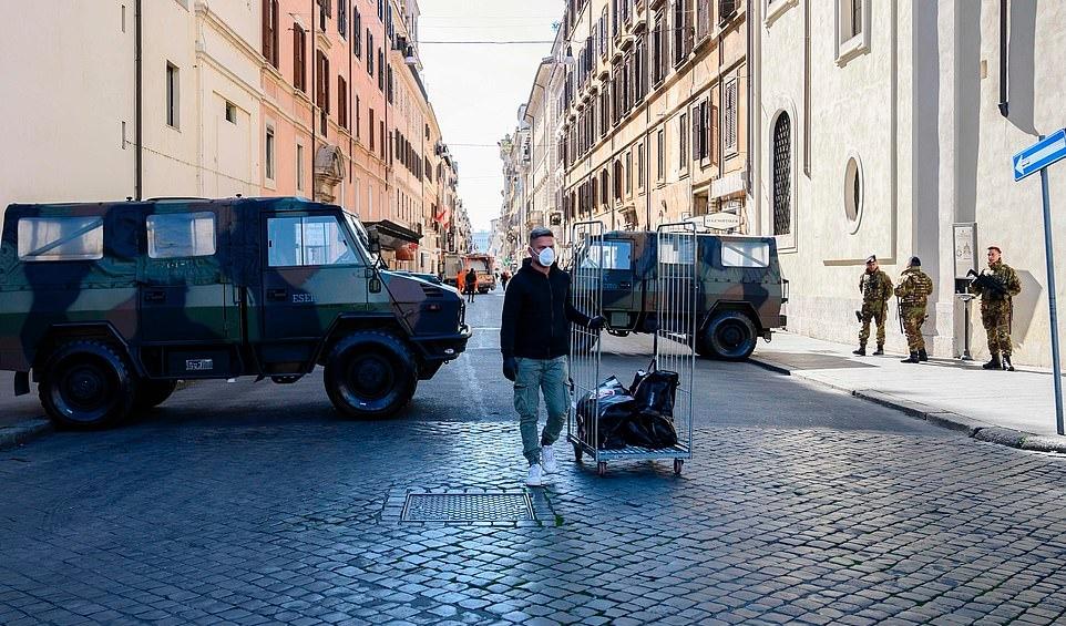 Hình ảnh người Italia tuân thủ 'quy định một mét' giữa bão dịch Covid-19