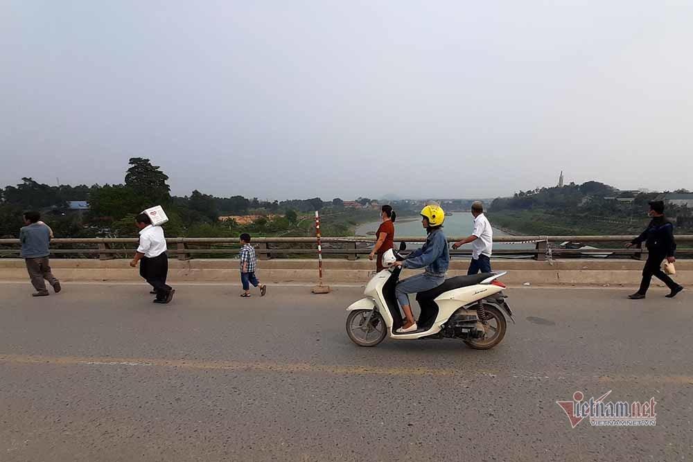 Cầu trơ trụ sắt ở Phú Thọ, khách liên tỉnh lễ mễ vác đồ cuốc bộ