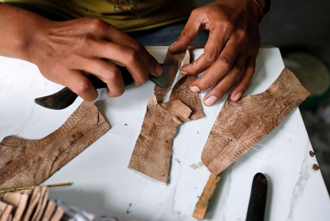 Nghe mà choáng: Giày xịn làm từ da chân gà, 10 ngày mới làm được 1 đôi