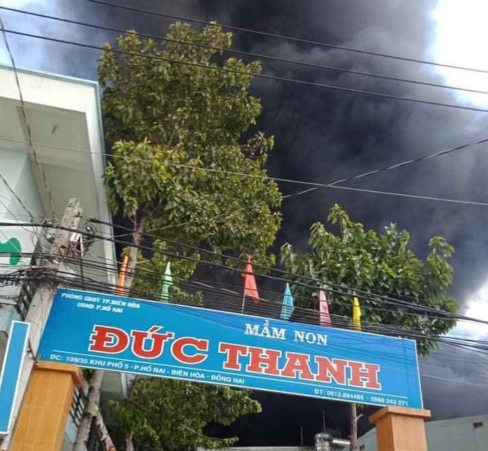 Cháy dữ dội công ty đệm mút, khói đen ngút trời ở Đồng Nai
