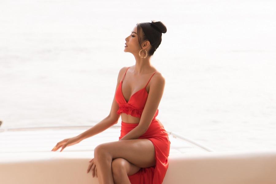 Hoàng Thùy khoe ba vòng nóng bỏng trên du thuyền