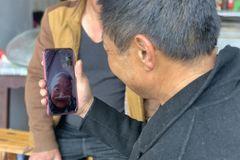 Người đàn ông tìm được gia đình sau 30 năm nhờ xem tin về Covid-19