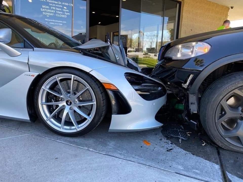 BMW X5 mất lái, đâm vỡ siêu xe McLaren 720S trong đại lý