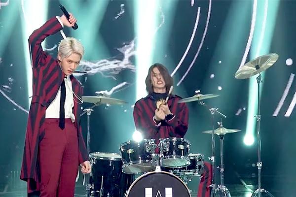 Ca sĩ bị đuổi khỏi nhóm vì bẻ dùi trống trên sân khấu