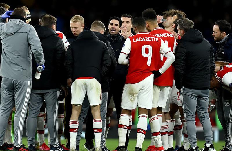 HLV truong Arsenal duong tinh voi Covid-19