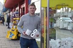 Khi giấy vệ sinh trở thành phần thưởng quý trong mùa dịch Covid-19 ở Anh