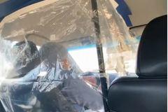 Tài xế taxi tự chế buồng lái bằng nilon ngăn lây nhiễm virus Covid-19 từ khách