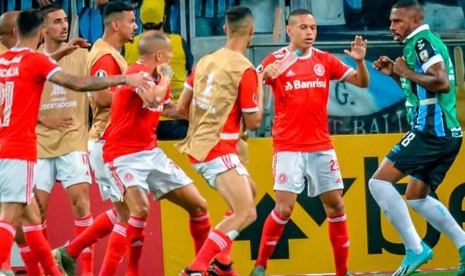 Biến sân cỏ thành võ đài, 8 cầu thủ ăn thẻ đỏ trong 1 trận đấu