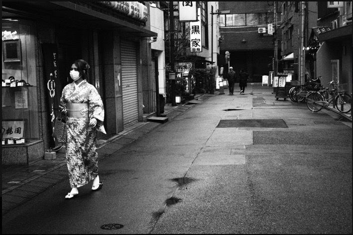 Hình ảnh Tokyo thời Covid-19 'lạ lùng' dưới gam màu đen trắng