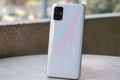 """Các đối thủ smartphone """"ăn theo"""" tính năng Galaxy A51"""