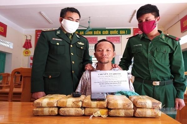 Bắt đối tượng người Lào vác bao tải đựng hơn 6 vạn viên ma túy