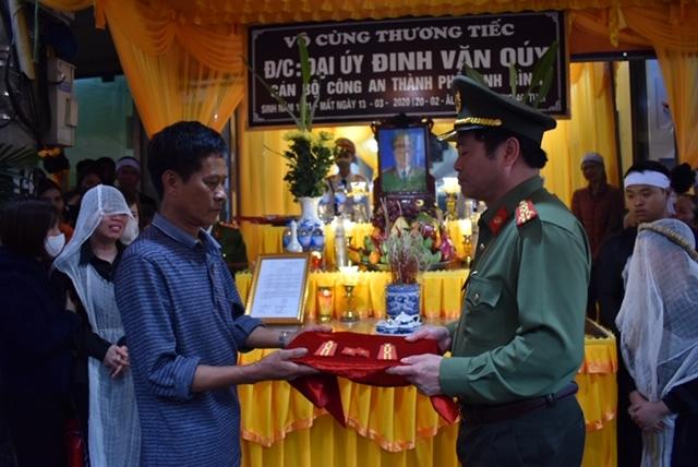 Thăng hàm cho đại úy hy sinh trong vụ tai nạn lật xe chở phạm nhân