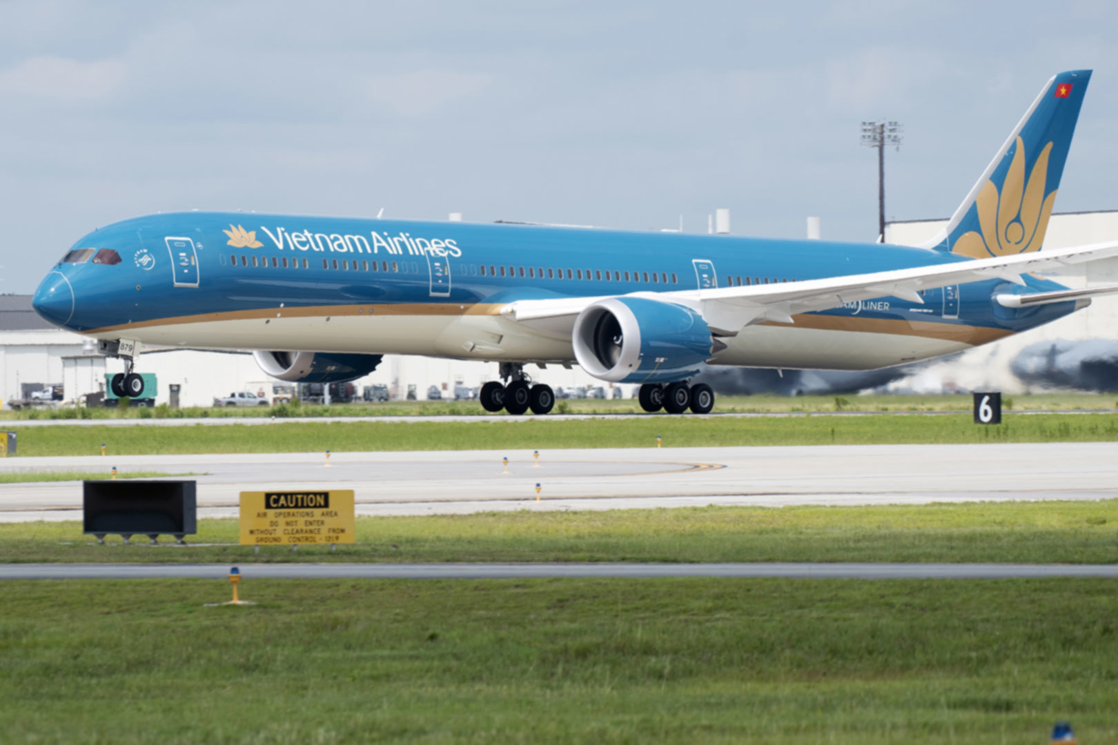 Hãng bay quốc gia Vietnam Airlines đã lỗ hơn 10 nghìn tỷ đồng