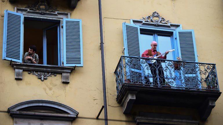 Dân Italia hát, nhảy tỏ rõ lạc quan quét sạch Covid-19