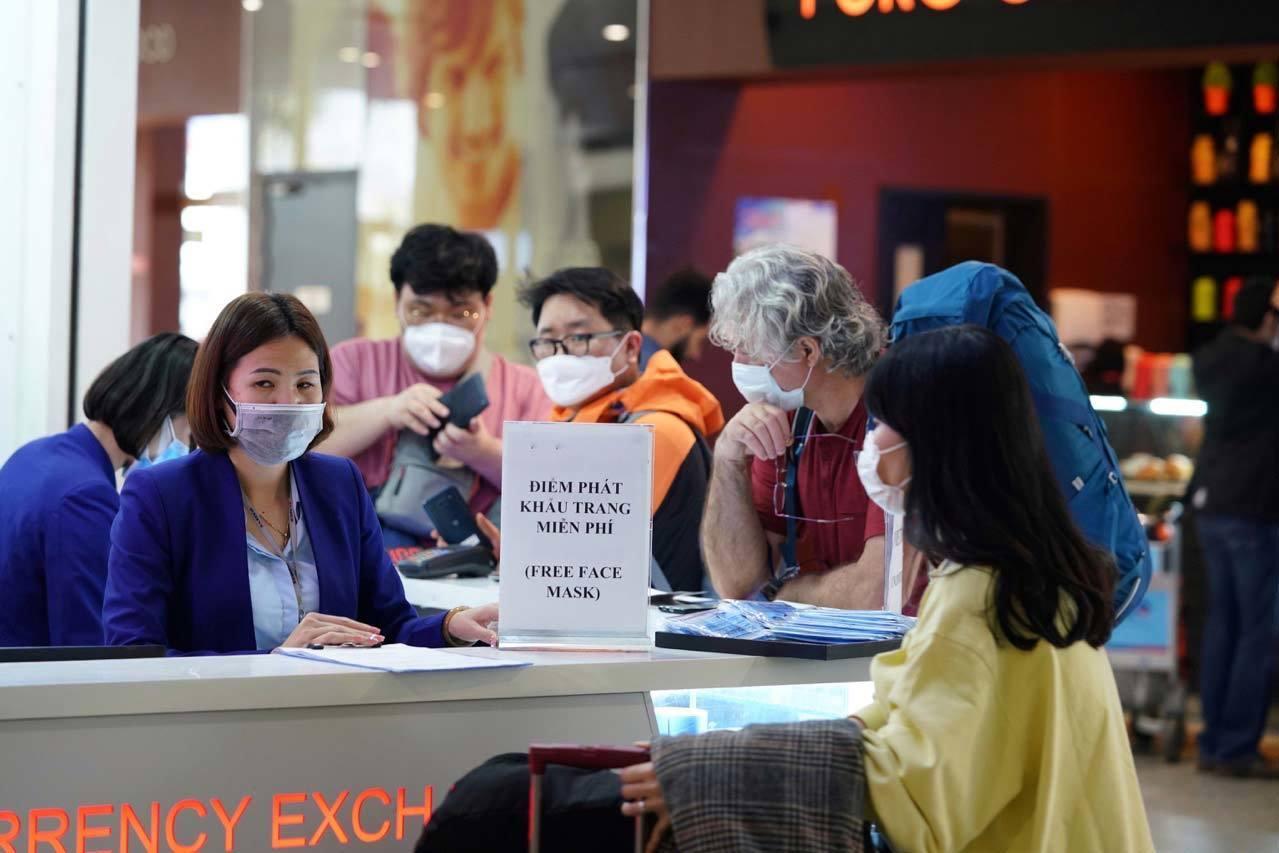 Sân bay Việt Nam phát khẩu trang miễn phí cho hành khách