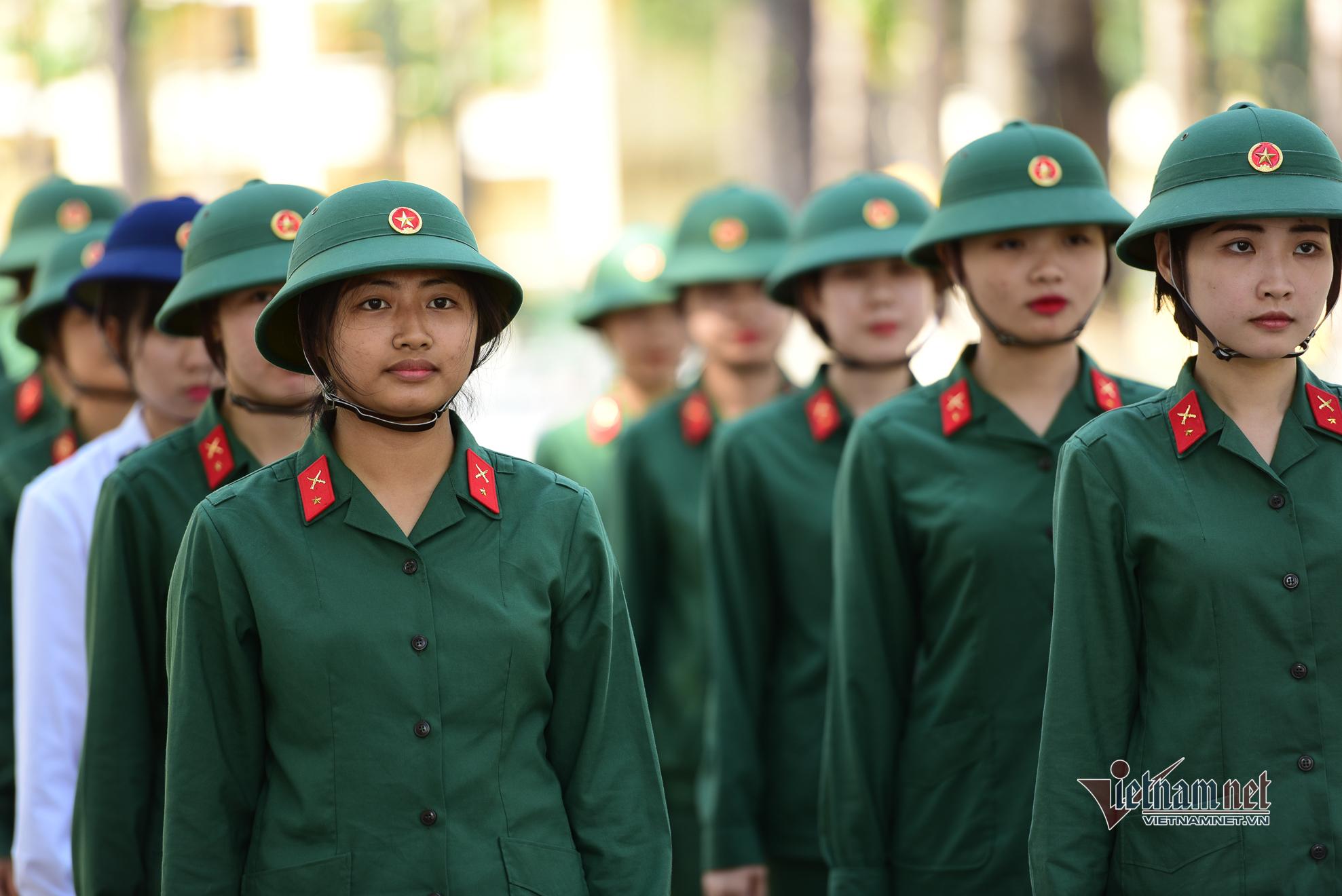 Bên trong trường Quân sự, nơi huấn luyện hàng trăm nữ tân binh